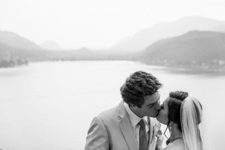 Gli sposi si baciano davanti al panorama mozzafiato di Lugano in Svizzera