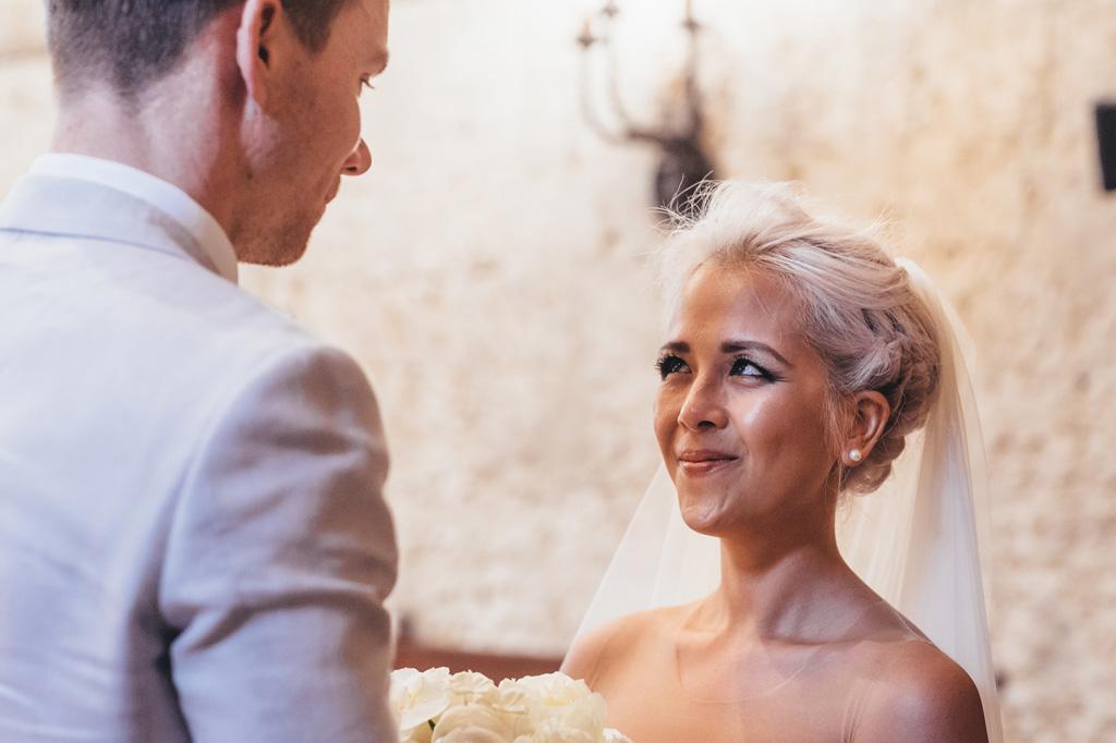 Kim guarda attentamente lo sposo durante la cerimonia