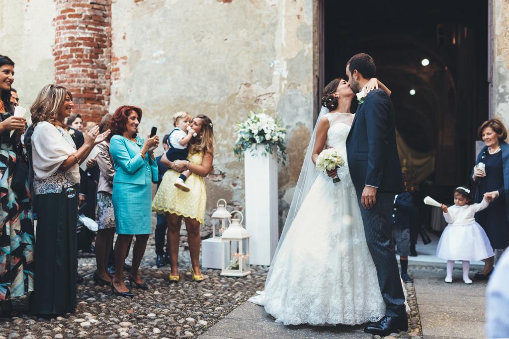 I due sposi si baciano davanti alla meraviglia degli ospiti