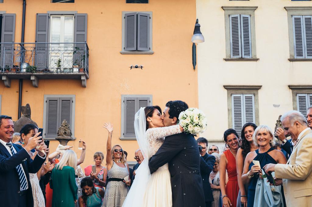 Riccardo e Beatricesi baciano appassionatamente tra la folla festosa