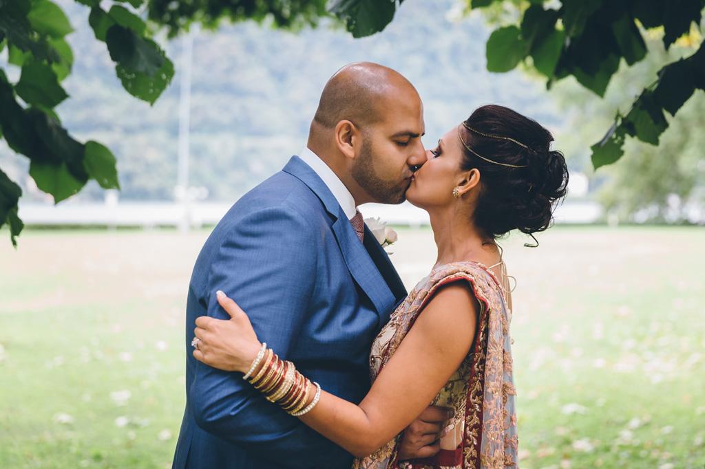 Jaspal e Reena si baciano ritratti dal fotografo Alessandro Della Savia