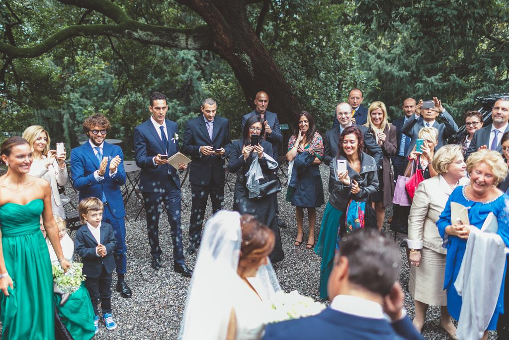Gli invitati scattano fotografie agli sposi con i cellulari