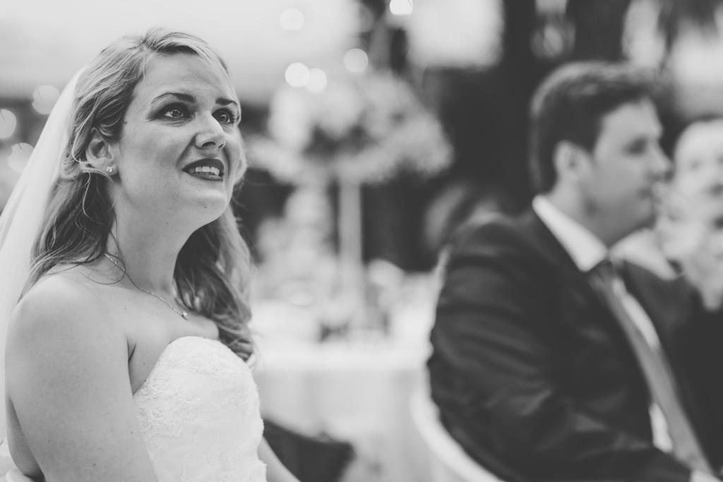 La sposa guarda emozionata i discorsi dei parenti durante il ricevimento