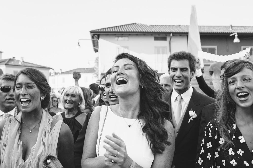 Gli invitati acclamano gli sposi con applausi e cori