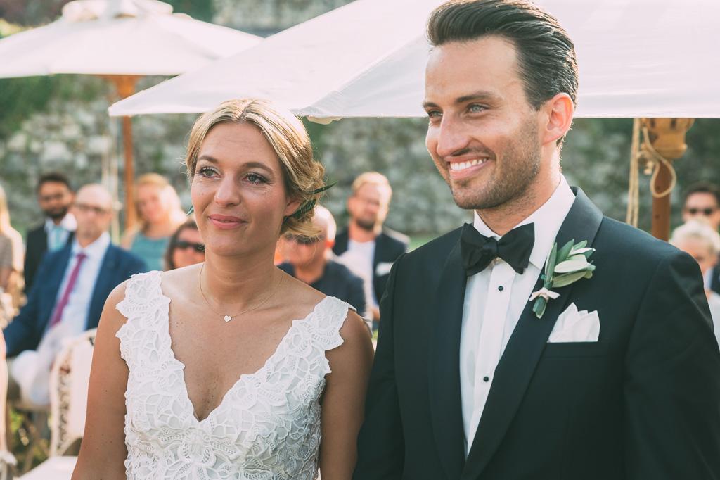 Till e Emily osservano gioiosamente lo svolgersi della cerimonia