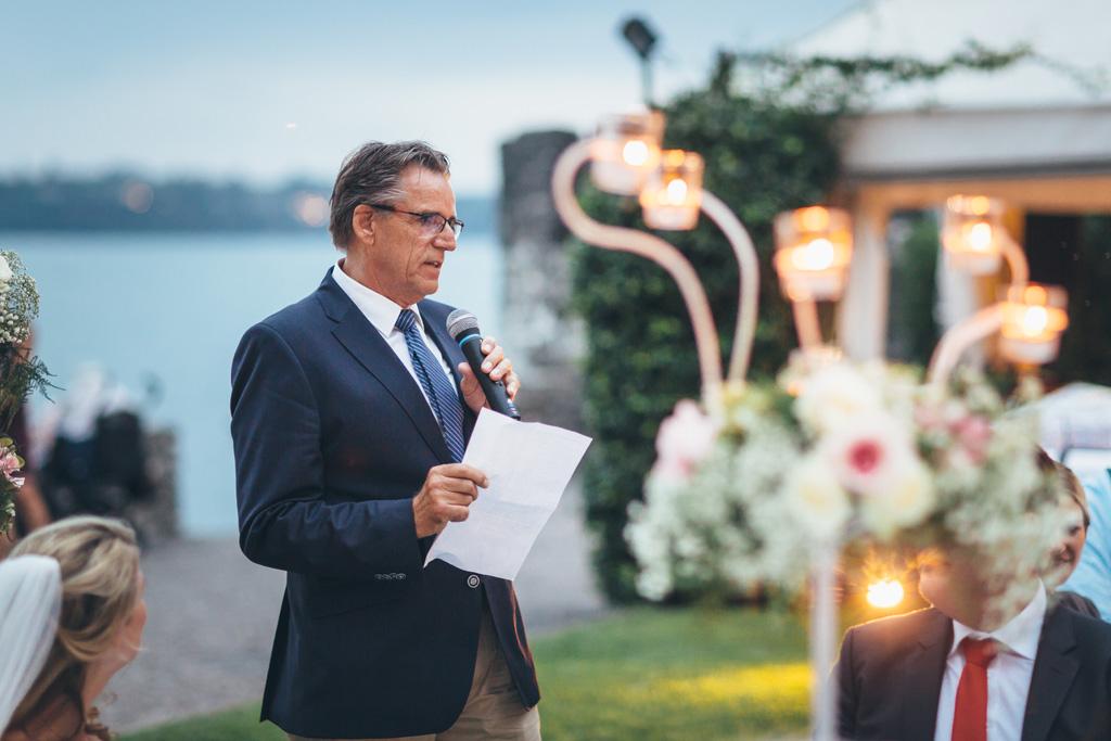 Il padre di Kathrin spende alcune parole in favore degli sposi