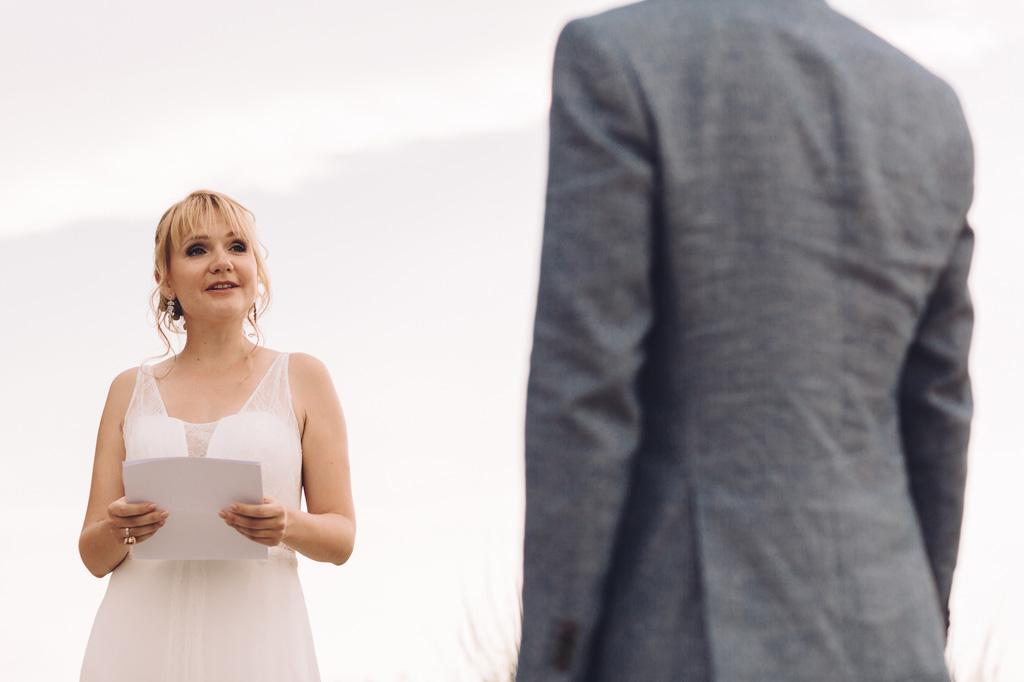 La sposa guarda attentamente lo sposo