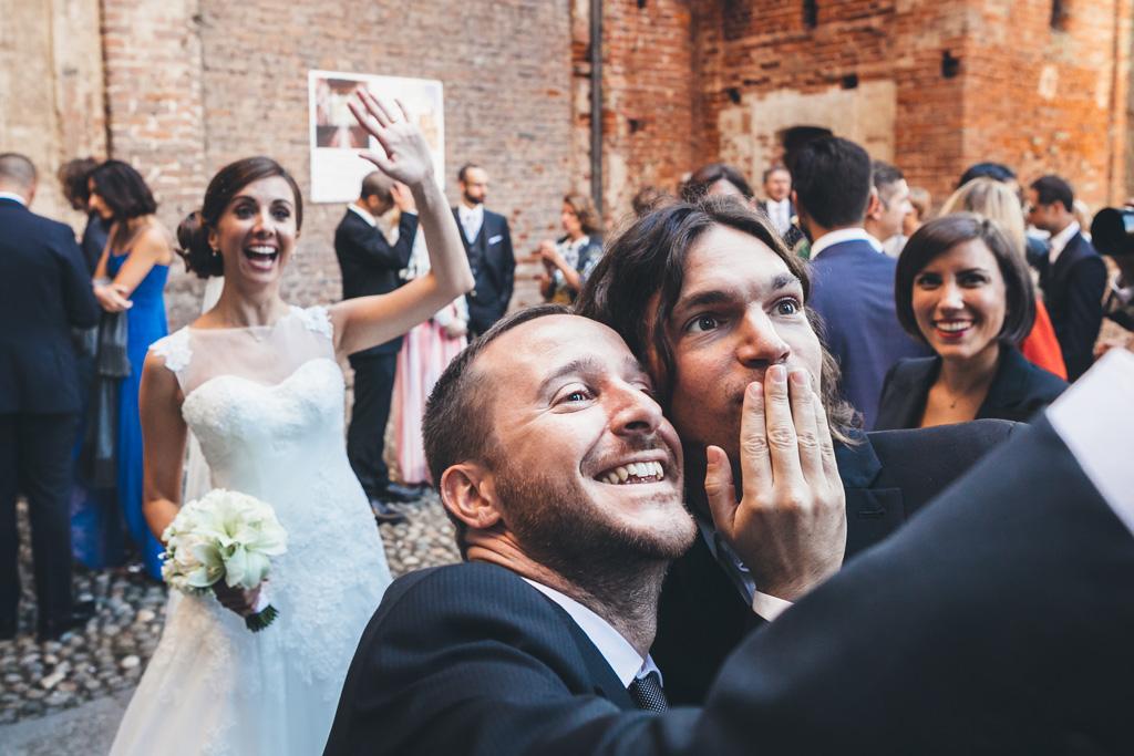 Gli ospiti si scattano un selfie con la sposa Silvia