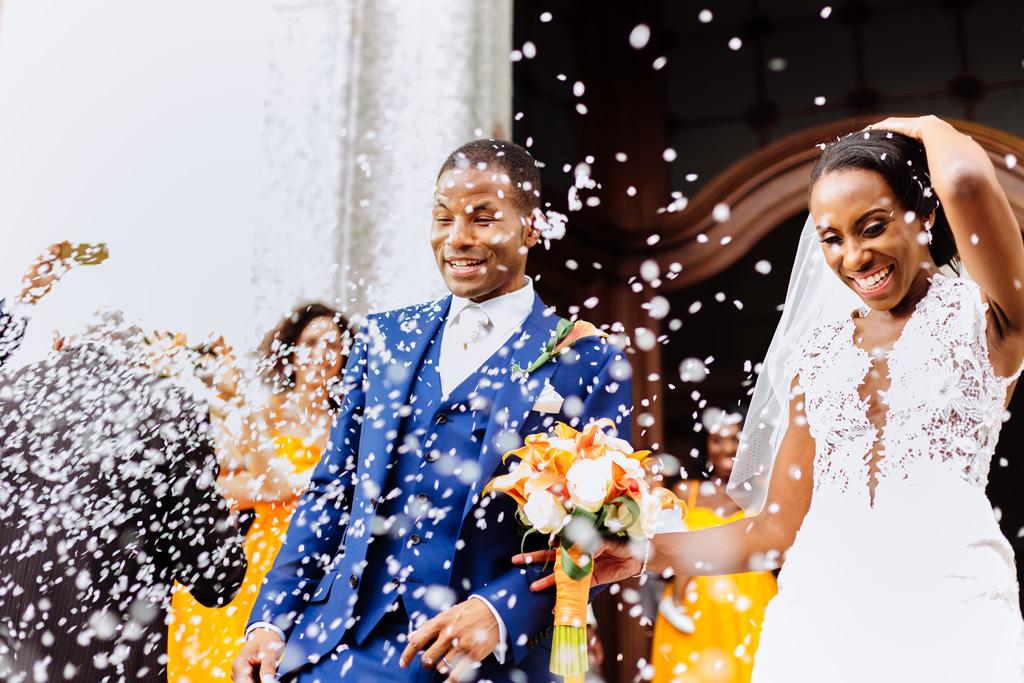 Gli sposi escono dalla chiesa di Sant'Abbondio travolti da una cascata di rose