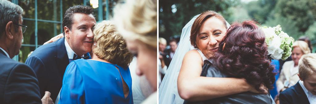 Gli sposi baciano amici e parenti
