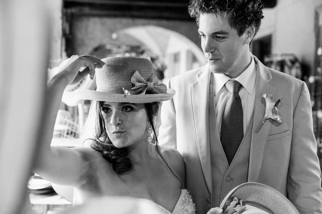 Loreanne prova un cappello davanti allo specchio
