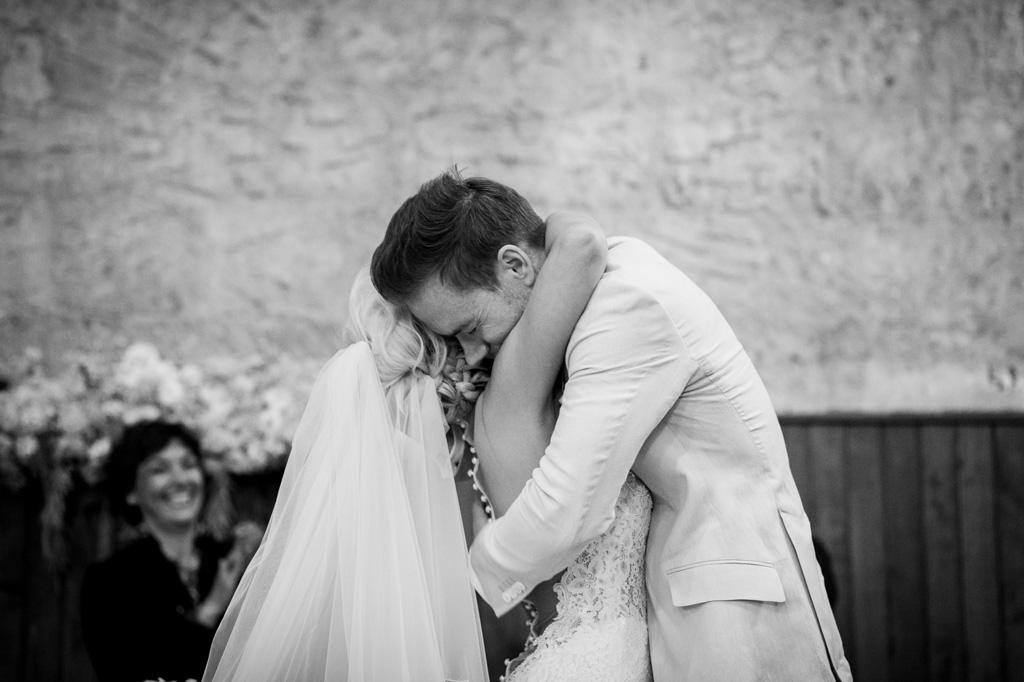 I due sposi si abbracciano finalmente uniti in matrimonio