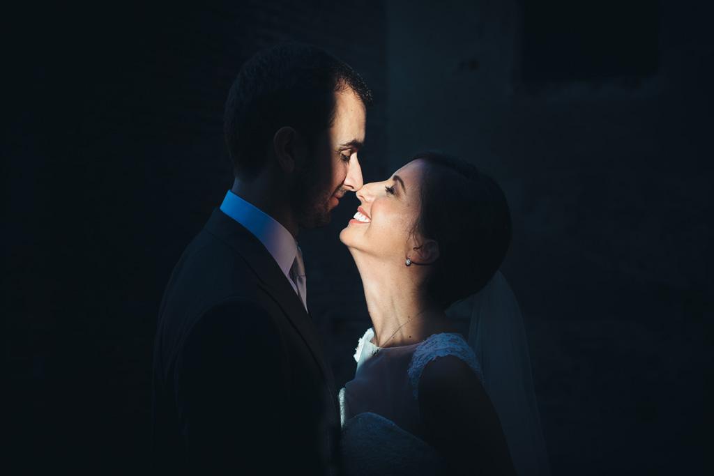 Federico e Silvia si baciano sotto un raggio di luce che li illumina