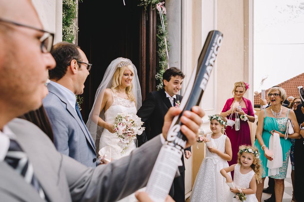 I due sposi, Giorgia e Danilo, raggiungono gli ospiti con aria sospetta
