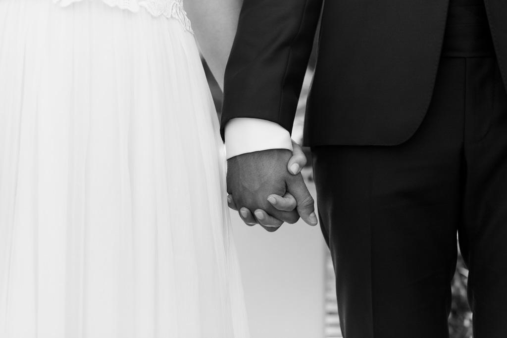 I due sposi si stringono le mani durante la cerimonia
