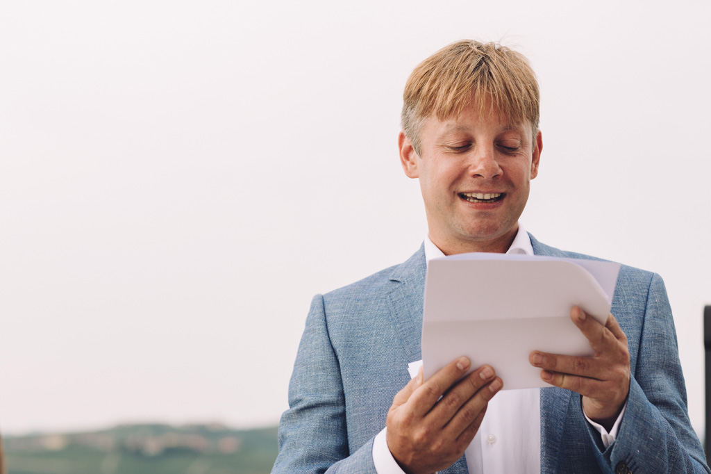 Lo sposo legge una dedica d'amore alla sua futura moglie