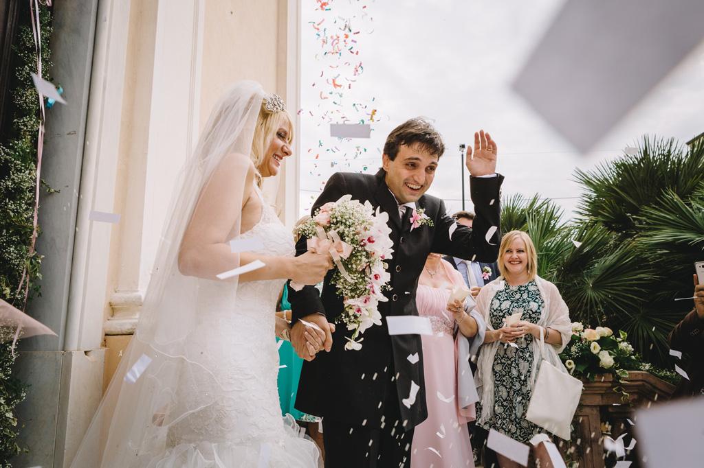 I due sposi si proteggono dal lancio di coriandoli