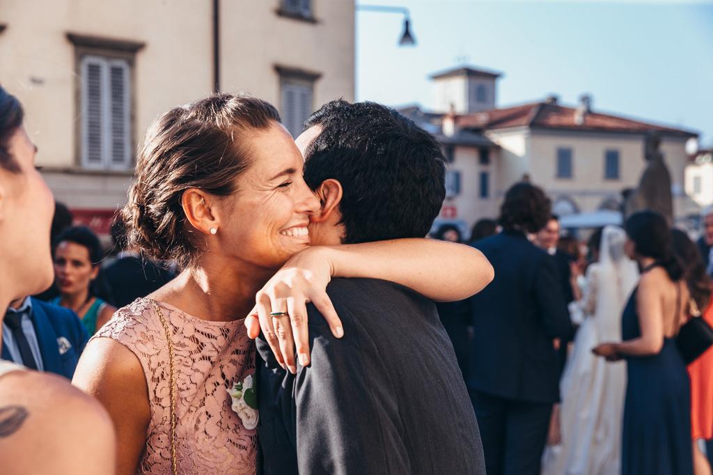 LO sposo abbraccia tutti gli invitati