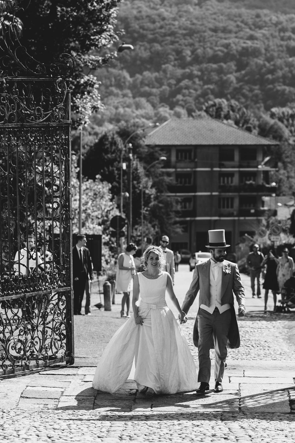 Riccardo e Lidia superano il cancello per dirigersi al ricevimento