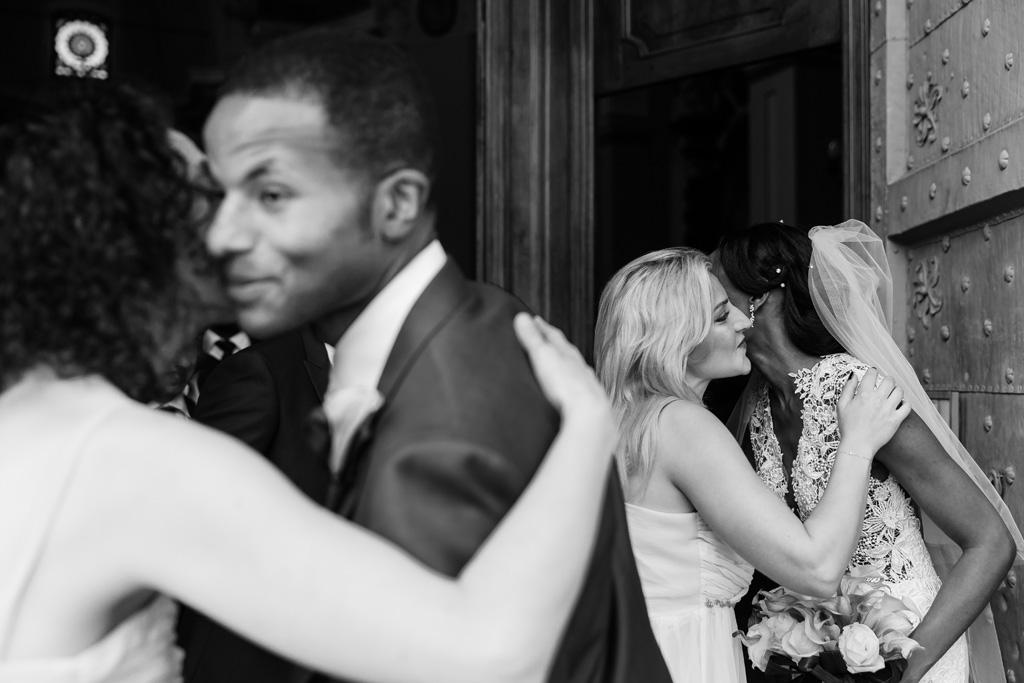 Gli sposi baciano e abbracciano tutti i partecipanti