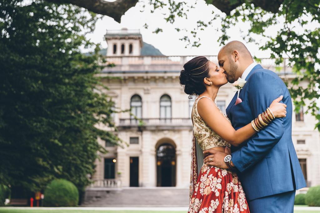 Jaspal e Reena si baciano teneramente finalmente uniti in matrimonio