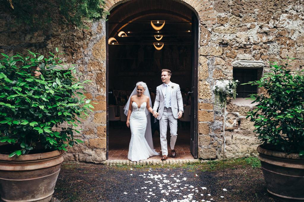 Gli sposi escono dalla chiesa accolti da un letto di rose