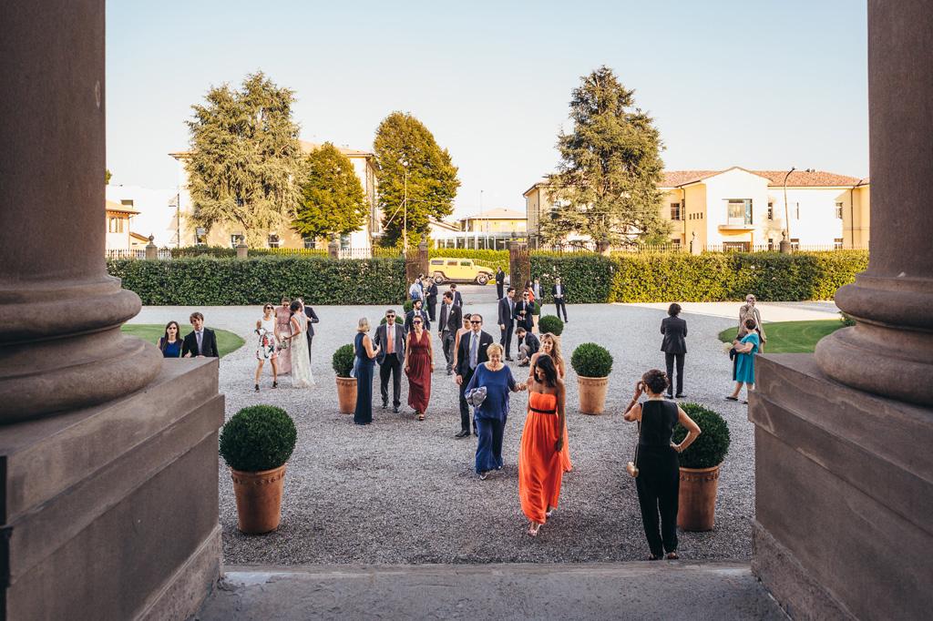 Gli invitati si recano al ricevimento di Villa Caroli a Stezzano