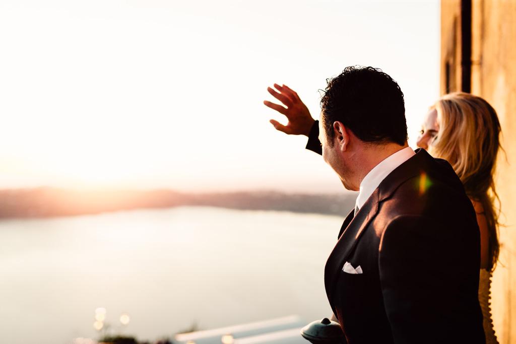 Emmanuel saluta gli invitati dal balcone