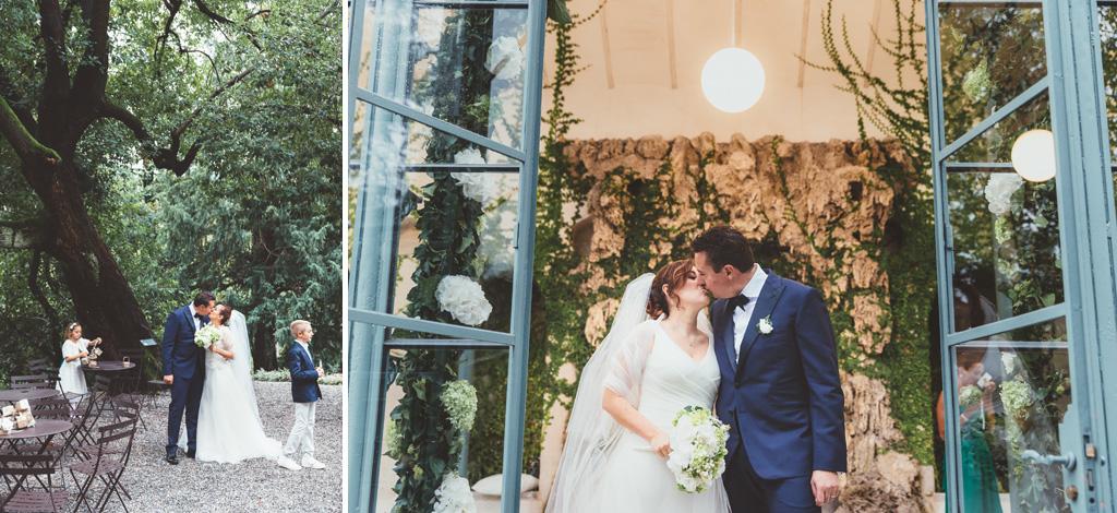 I due sposi si baciano all'uscita della porta vetrata