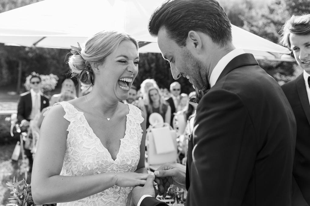 Lo sposo indossa l'anello nunziale alla sposa