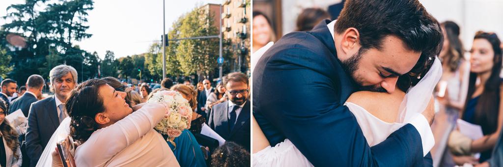Gli sposi abbracciano amici e parenti