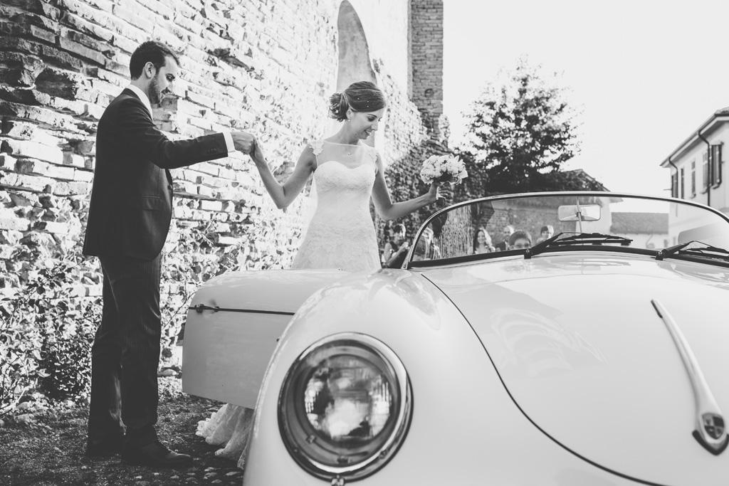 Federico e Silvia salgono sopra la Porsche mano nella mano