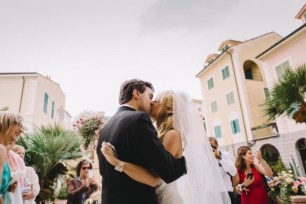 I due sposi, Danilo e Giorgia, si baciano a seguito della cerimonia in chiesa