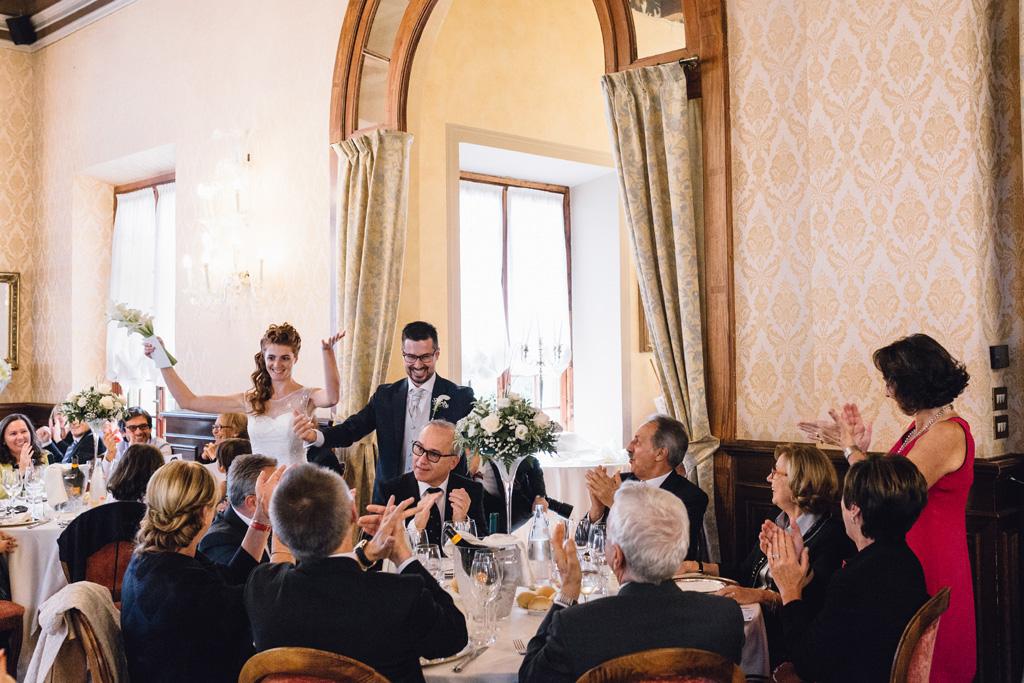 Gli invitati raggiungono la sala per il ricevimento di matrimonio