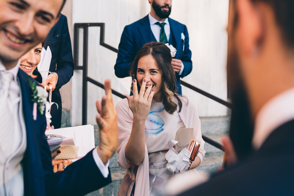 Gli ospiti scherzano dopo la cerimonia