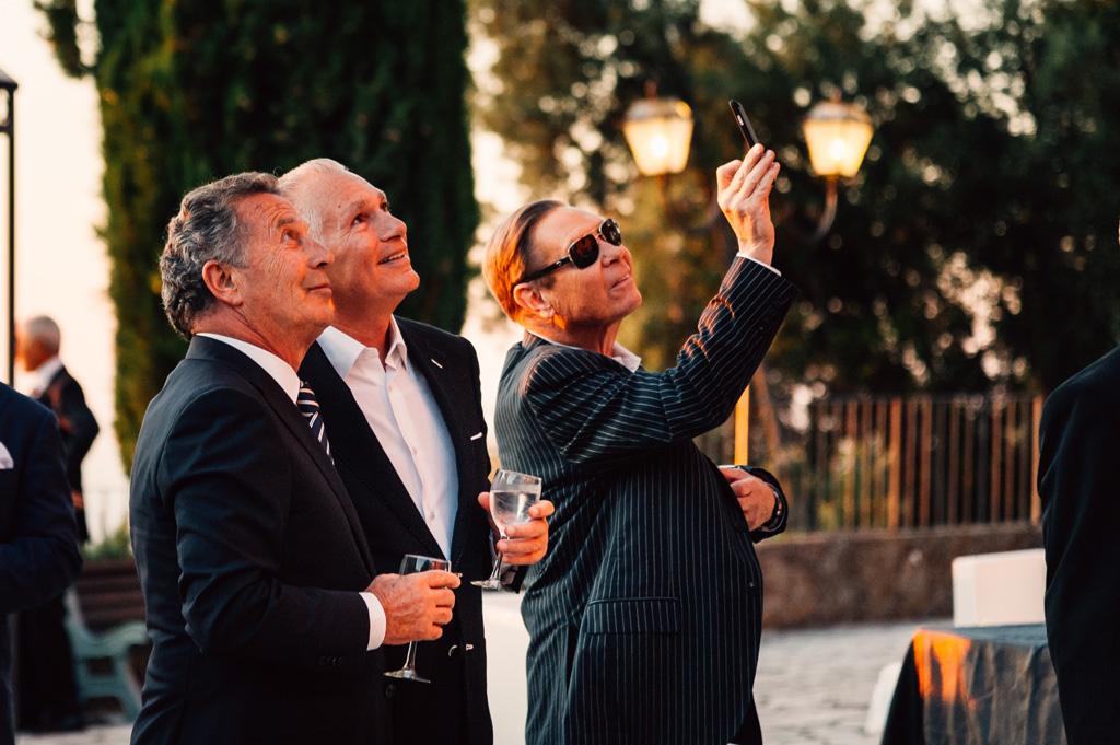 Gli invitati scattano alcune foto agli sposi