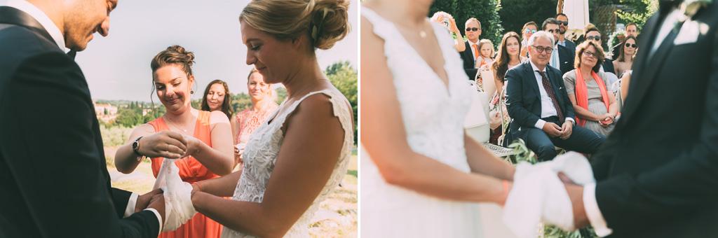 Una damigella copre le mani degli sposi