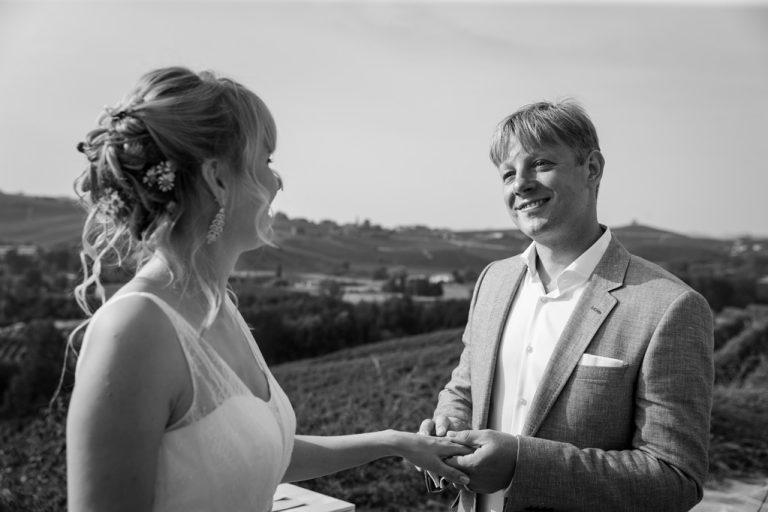 Lo sposo indossa la fede alla sposa