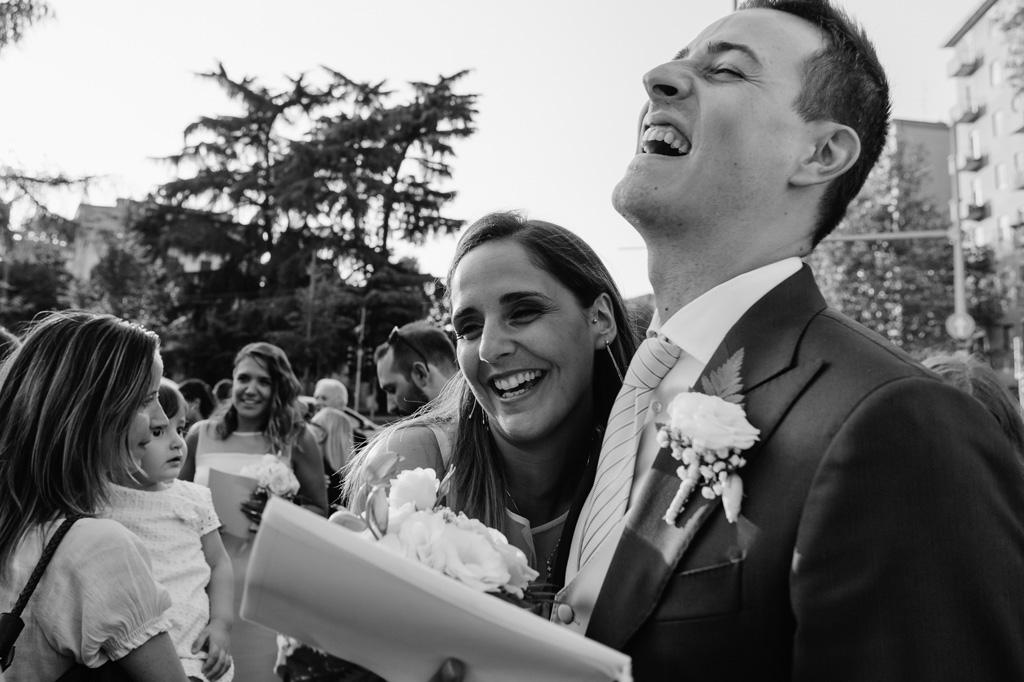 Lorenzo e la sposa ridono di gioia immortalati dal fotografo Alessandro Della Savia