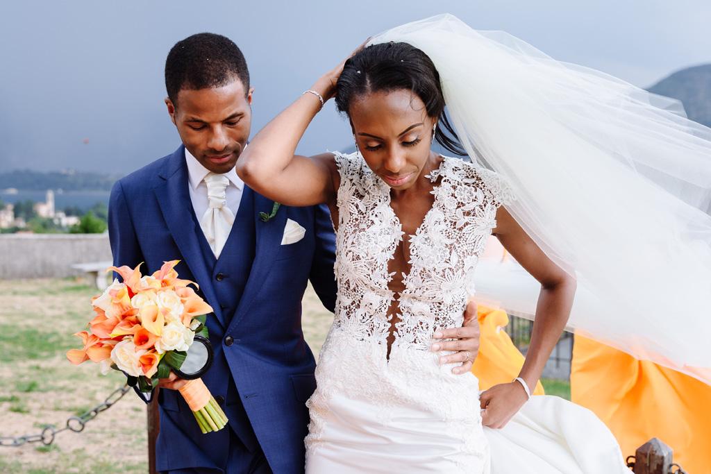 Lo sposo Tony stringe il busto della sposa Ayesha