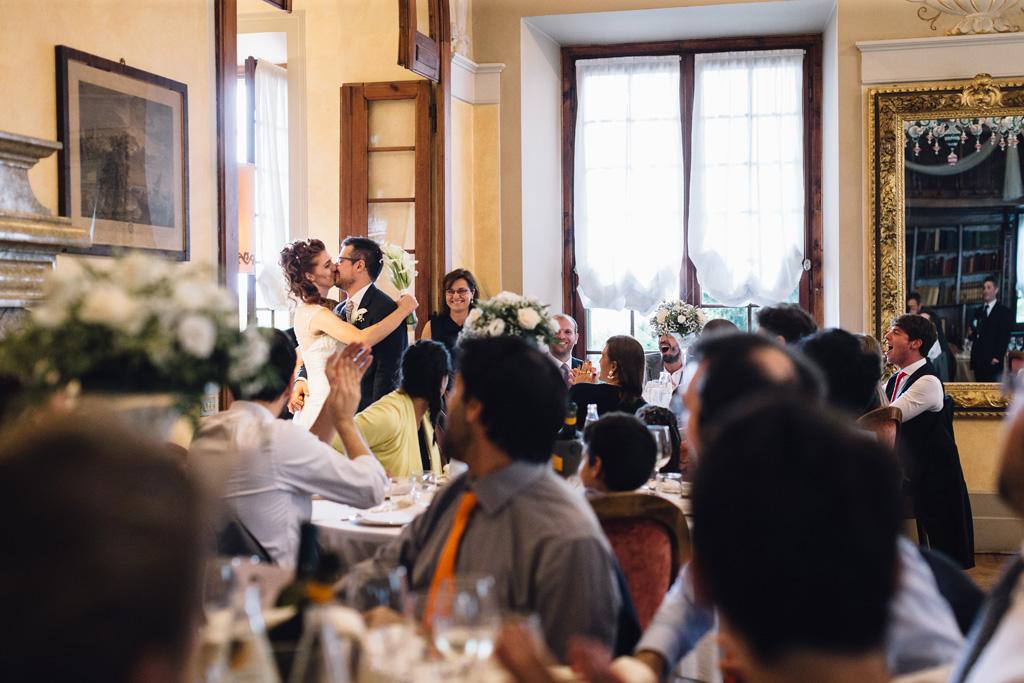I due sposi, Arianna e Davide, si baciano davanti ai partecipanti