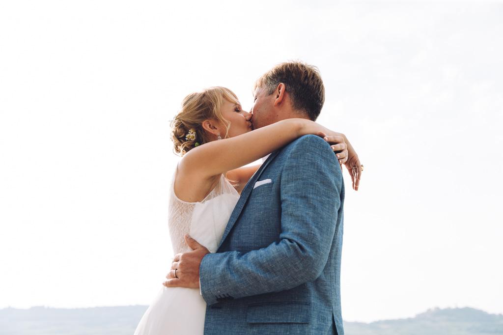 Gli sposi si baciano ardentemente dopo la cerimonia di matrimonio