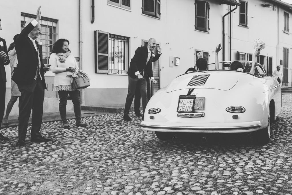 Gli sposi, Federico e Silvia, salutano gli ospiti dalla macchina
