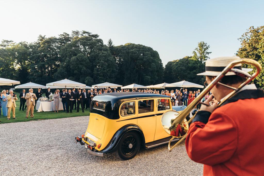La macchina parchggia a Villa Caroli a Stezzano accolta da invitati e musicisti