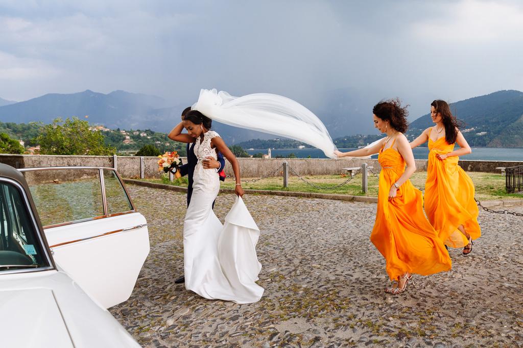 Due damigelle sostengono il velo della sposa Ayesha