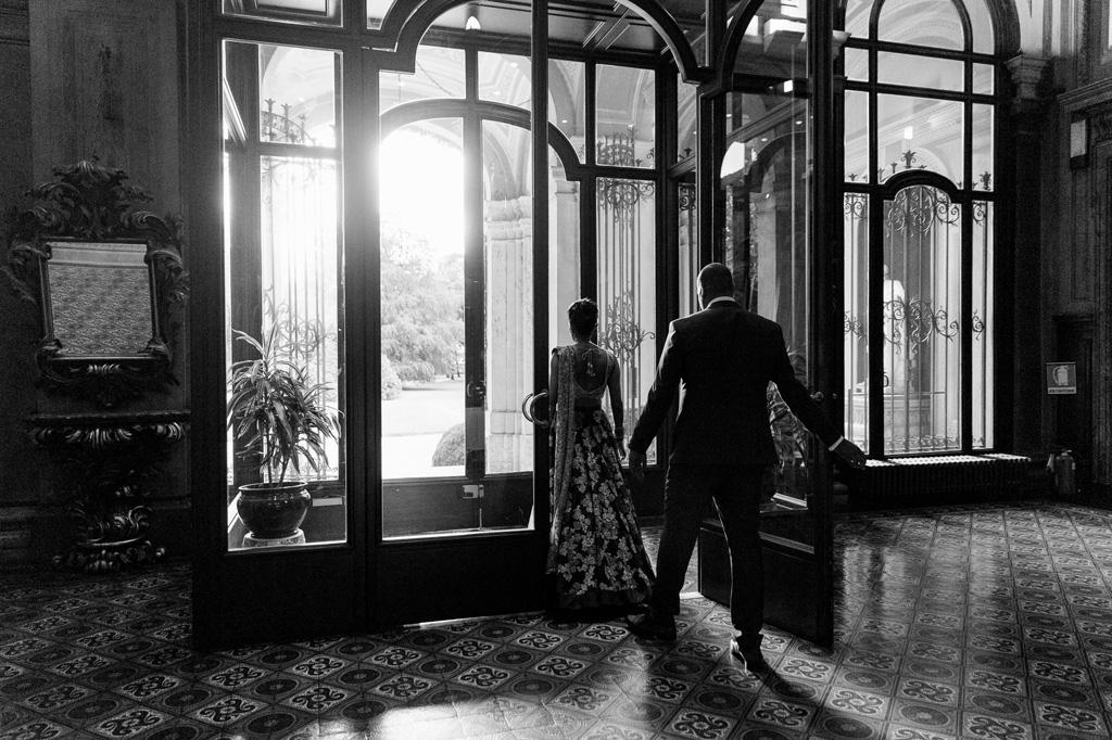 Lo sposo e la sposa escono per una passeggiata nei paraggi di Villa Erba