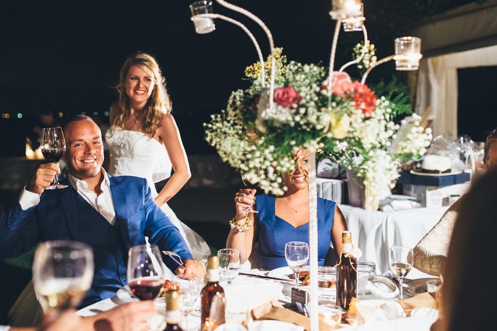 Un invitato alza il bicchiere durante la festa di ricevimento