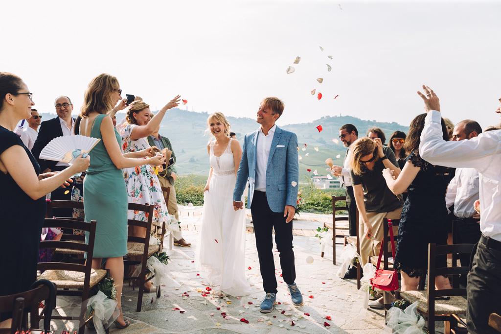 Gli sposi vengono accolti con lanci di petali di rose dagli invitati