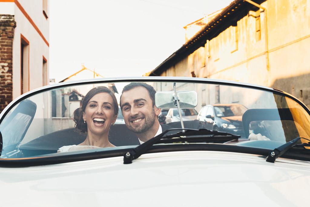Gli sposi sono ritratti mentre girano intorno a Pavia in sella a una Porsche