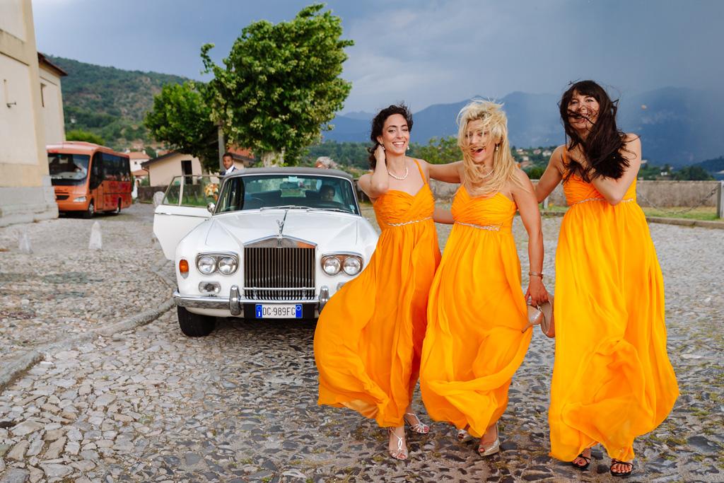 Tre damigelle escono dalla macchina Rolls Royce